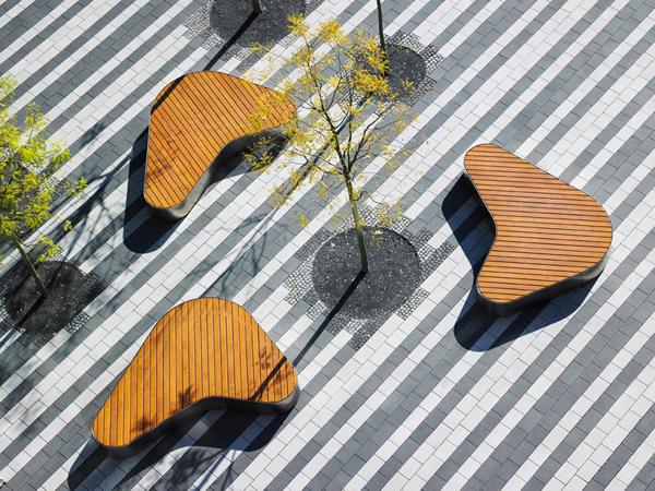 Orangen und gestreifte Tischdecke