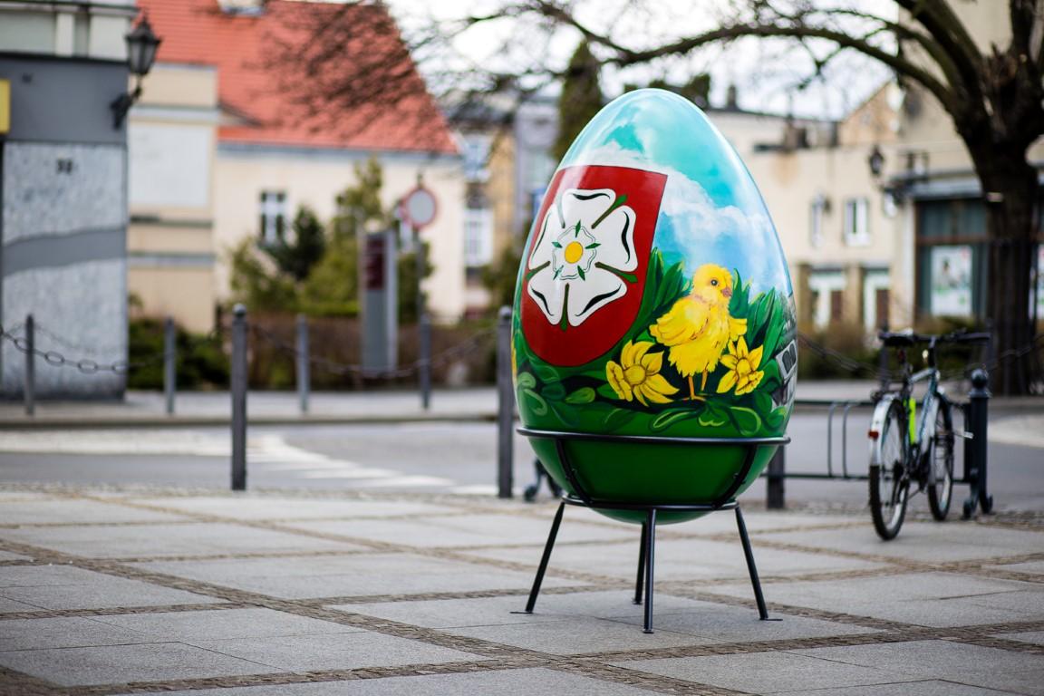 Ostern in der Stadt: Stiefmütterchen in Kaskadenkonstruktionen, XXL-Ostereier und der Osterhase