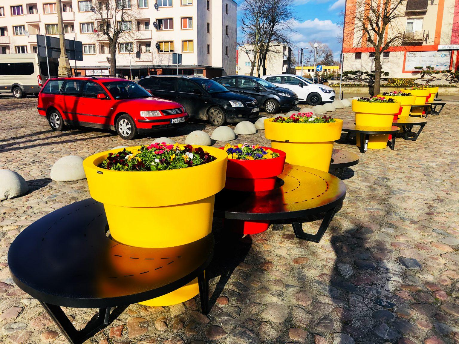 Stadtraum in sonnigen Farben – kleine Architektur blüht im Frühling auf